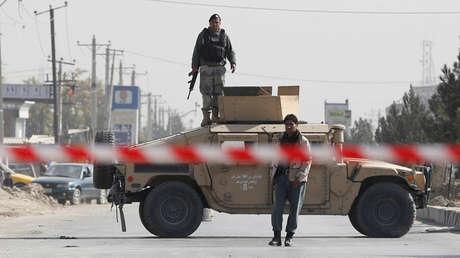 Policías afganos vigilan una calle en Kabul, Afganistán. el 29 de octubre de 2018.