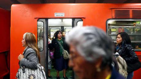 Mujeres viajan en un vagón exclusivo para ellas en una estación del Metro de Ciudad de México en octubre de 2014.