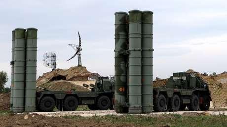 Sistemas de misiles antiaéreos S-400 desplegados en la base aérea rusa de Jmeimim, Latakia, Siria, 16 de diciembre de 2015.