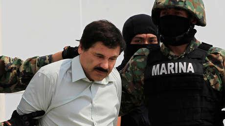 Joaquín 'El Chapo' Guzmán es escoltado por solados de la Marina de México, 22 de febrero de 2014.