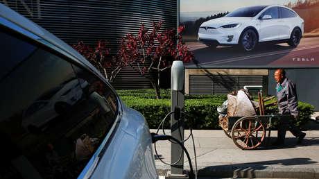 Un automóvil Tesla en una estación de carga en Pekín, China, el 18 de abril de 2017.