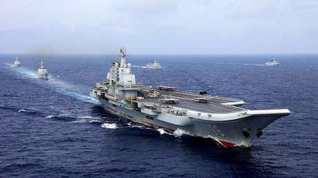 El portaviones chino Liaoning durante un simulacro militar en el Pacífico Occidental, 18 de abril de 2018.