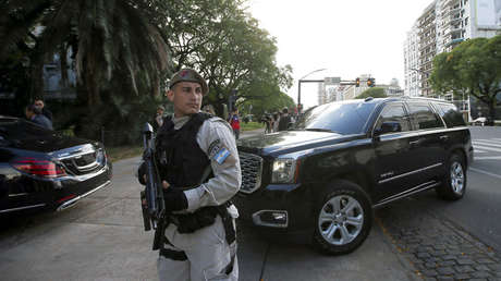 Automóvil que lleva al príncipe Mohammad bin Salman llegando a la embajada de Arabia Saudita en Buenos Aires, 28 de noviembre de 2018.
