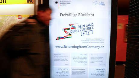 Cartel anunciando las ayudas para los refugiados que retornen a su país de origen, Berlín, Alemania, 26 de noviembre de 2018.