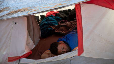 Un migrante de la caravana llegado de América Central duerme en una carpa en Tijuana, México, el 28 de noviembre de 2018.