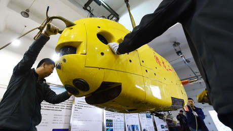 On April 22, 2016, workers conduct maintenance on the Chinese unmanned submarine Qianlong No.2 in Shenyang (China).