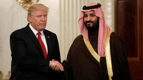 El presidente de Estados Unidos, Donald Trump, saluda al príncipe heredero de Arabia Saudita, Mohamed bin Salmán, 14 de marzo de 2017.