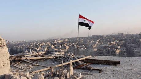 La bandera siria ondea en Alepo (Siria), el 28 de noviembre de 2016.