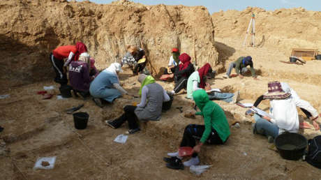 Team members digging in Ain Busherit.