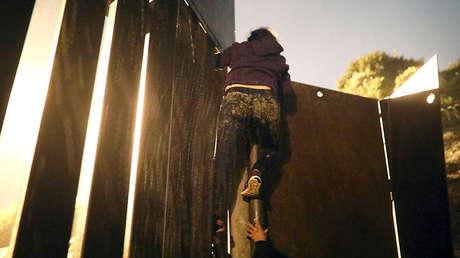 Migrante hondureña se acerca a una barrera fronteriza, en Tijuana, México, 30 de noviembre de 2018.