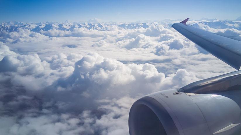 Motor de avión se desgarra en pleno vuelo