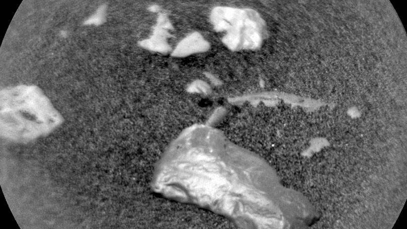"""FOTO: Curiosity halla un objeto """"brillante"""" no identificado en Marte"""
