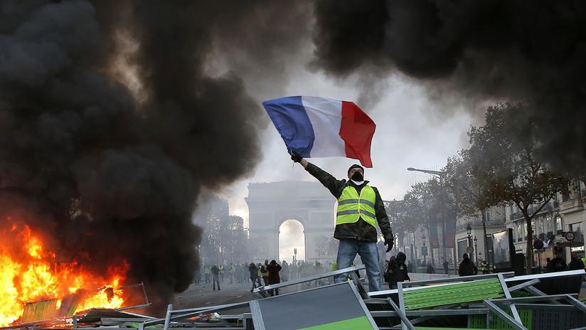 Barricadas, llamas y gas lacrimógeno: Manifestantes 'incendian' los Campos Elíseos