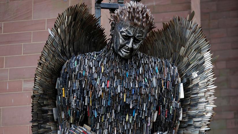 Arte desgarrador: Inauguran una estatua con 100.000 cuchillos confiscados por la Policía (FOTOS)