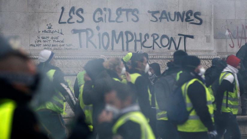Video en primera persona: La batalla entre policías y 'chalecos amarillos' en el Arco del Triunfo