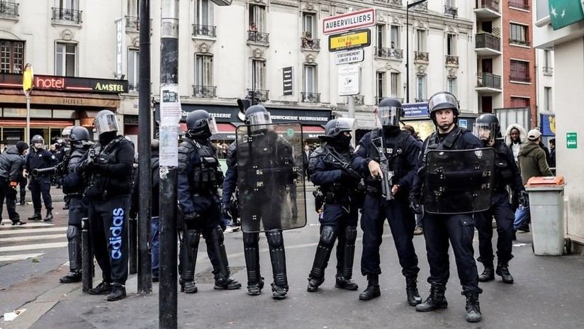 VIDEO: Policías se quitan los cascos en un gesto de paz durante las violentas protestas en Francia