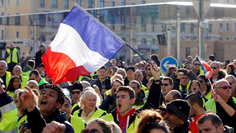 Resultado de imagen para Francia declara una moratoria al alza de los precios del combustible que causó protestas masivas