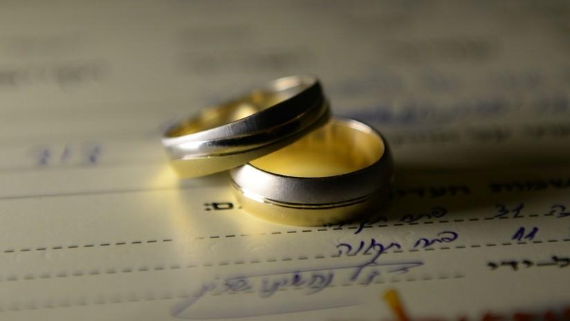 FOTOS: Le propone matrimonio con seis anillos de diamantes para que ella elija el que le guste