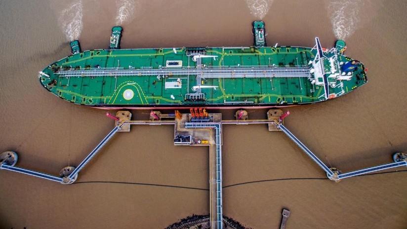 Los precios del petróleo caen tras el derrumbe de la bolsa y el aumento de oferta de crudo de EE.UU.