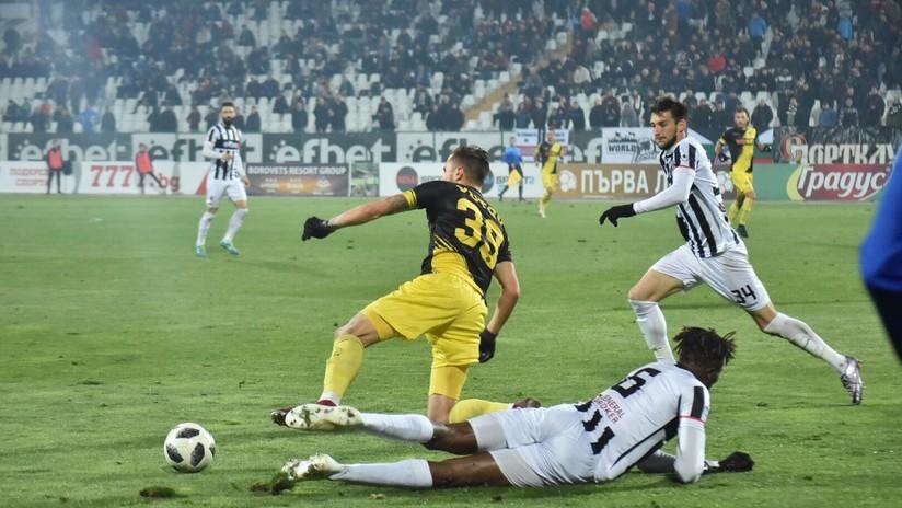 VIDEO: Futbolista marca un espectacular gol desde el medio del campo