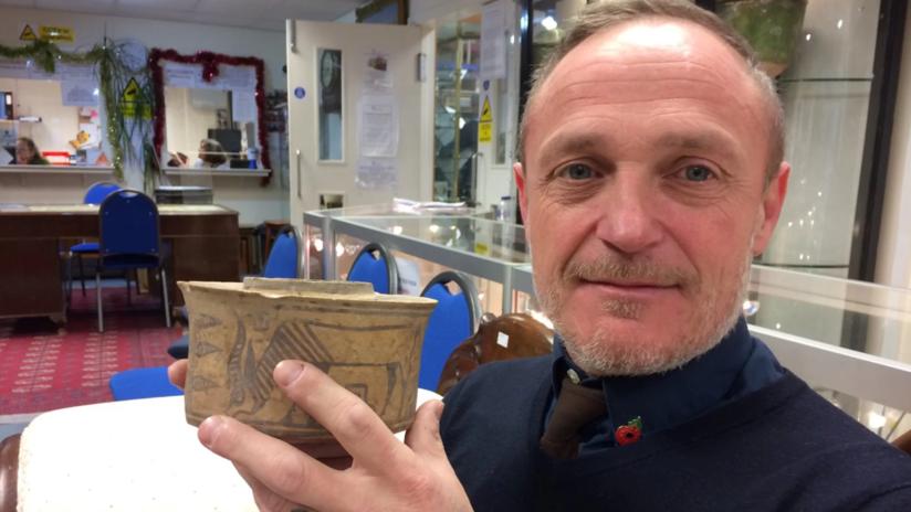 FOTOS: Usó por años una vasija para guardar su cepillo de dientes y descubrió que tenía 4.000 años