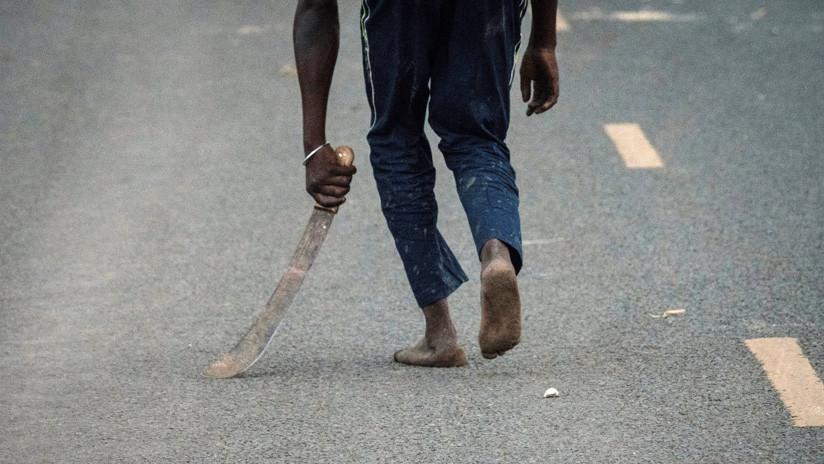 VIDEO:Escalofriante momento en que bandidos con machetes atacan a una pareja de EE.UU. en Kenia