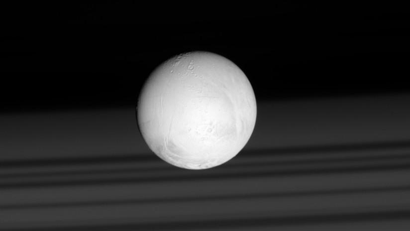 El misterio sobre Encélado, la luna de Saturno que desconcierta a los científicos