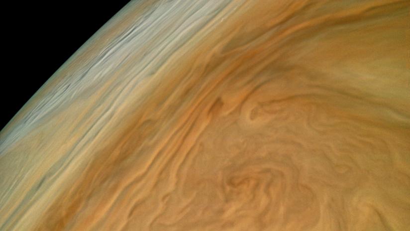 """FOTO: NASA invita a quedar """"hipnotizado"""" por foto captada cerca de nubes arremolinadas de Júpiter"""