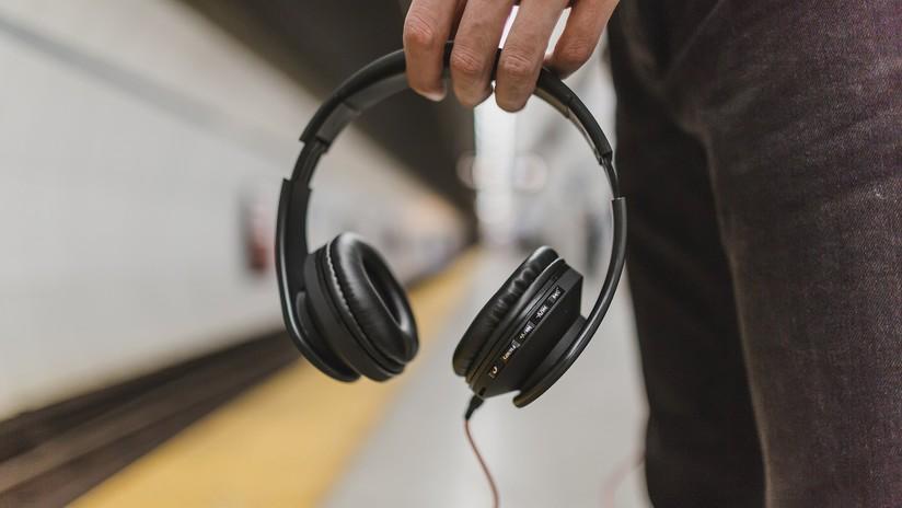 Adolescente muere electrocutado al usar sus audífonos mientras cargaba el celular