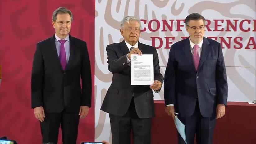 López Obrador firma una iniciativa de ley para cancelar la reforma educativa
