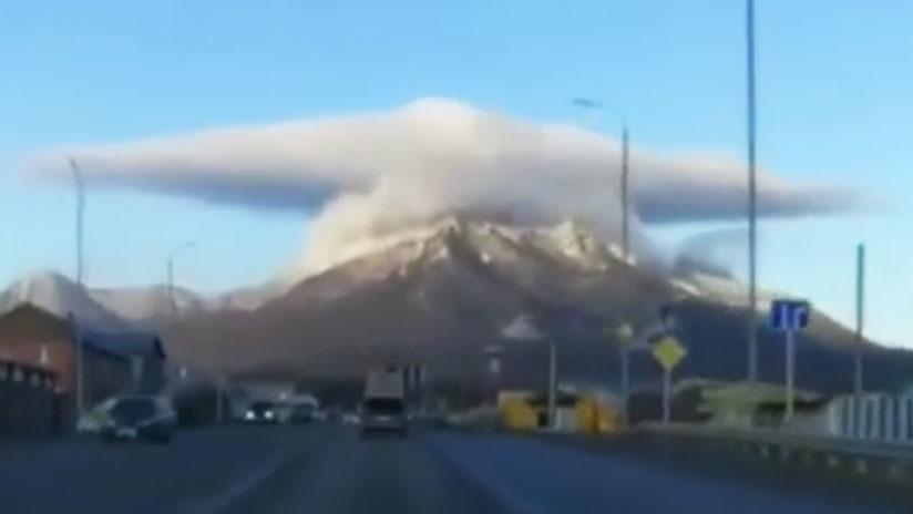Nave espacial, hongo nuclear o sombrero: Espectacular nube deja perpleja a una ciudad rusa (VIDEO)