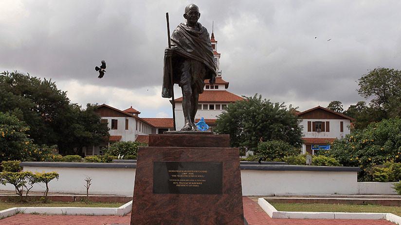 """Ghana: Desmantelan un monumento al """"racista"""" Gandhi tras una protesta estudiantil"""