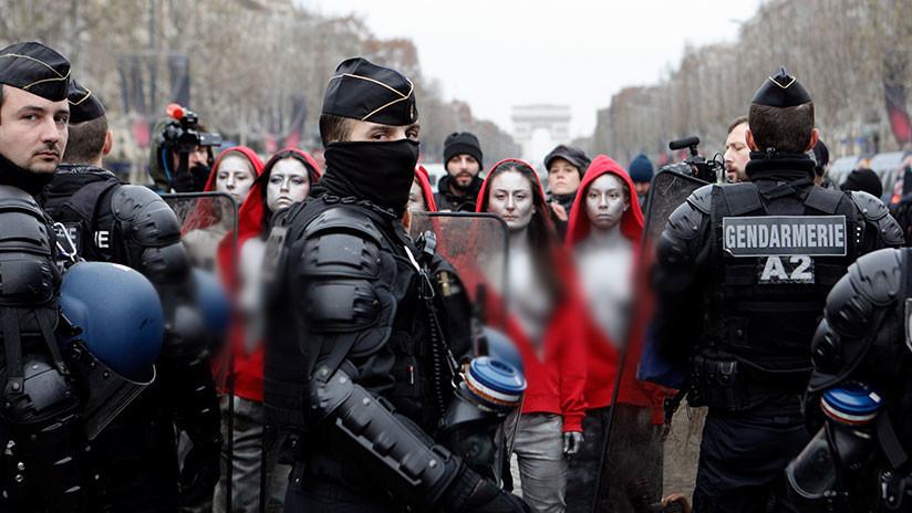 VIDEO, FOTO: Mujeres semidesnudas organizan una protesta silenciosa en París
