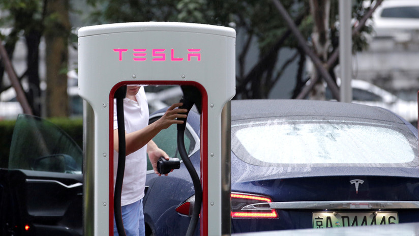 VIDEO: El fallido intento de cargar gasolina en un auto Tesla eléctrico