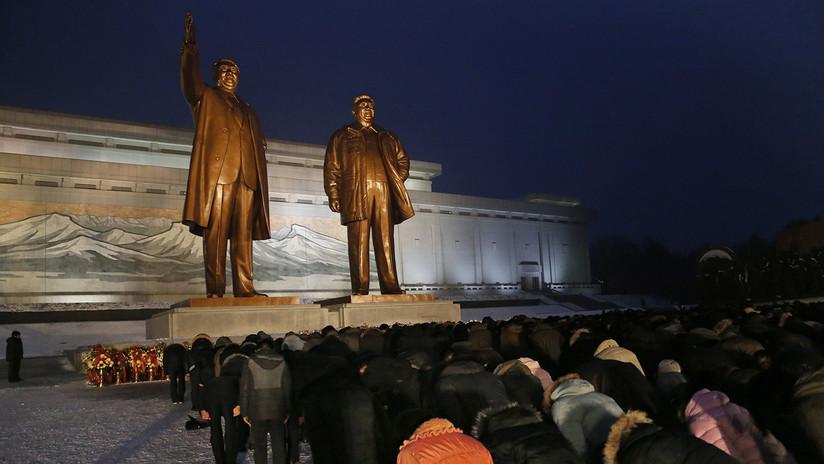 Decenas de miles de personas honran al difunto líder Kim Jong-il en Pionyang