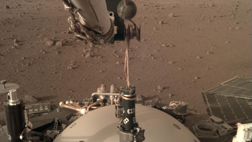 """VIDEO: La NASA publica imágenes de la sonda InSight """"practicando el juego de la garra"""" en Marte"""