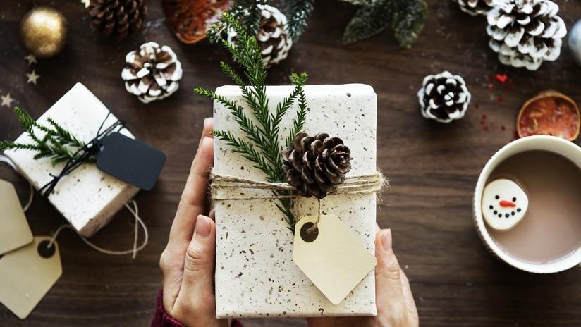 Antes de morir le deja regalos para las próximas 14 Navidades a su vecina de dos años