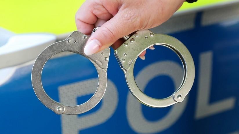 Escapa de sus guardias de prisión, sube a un coche y el conductor resulta ser un policía