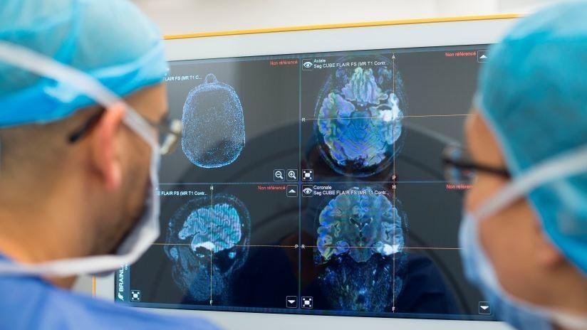 VIDEO: Le perforan el cráneo para extirparle un tumor mientras toca la guitarra en el quirófano