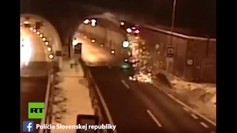 VIDEO, FOTOS: Un accidente convierte un coche en 'volador' y lo arroja varios metros en el aire