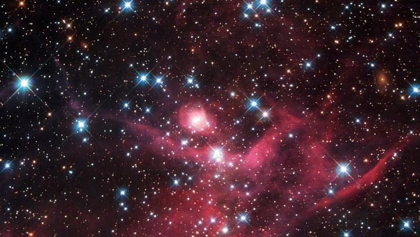 Resultado de imagen de La luz intracumular se ajusta tanto a la distribución de materia oscura porque las estrellas no chocan entre sí.