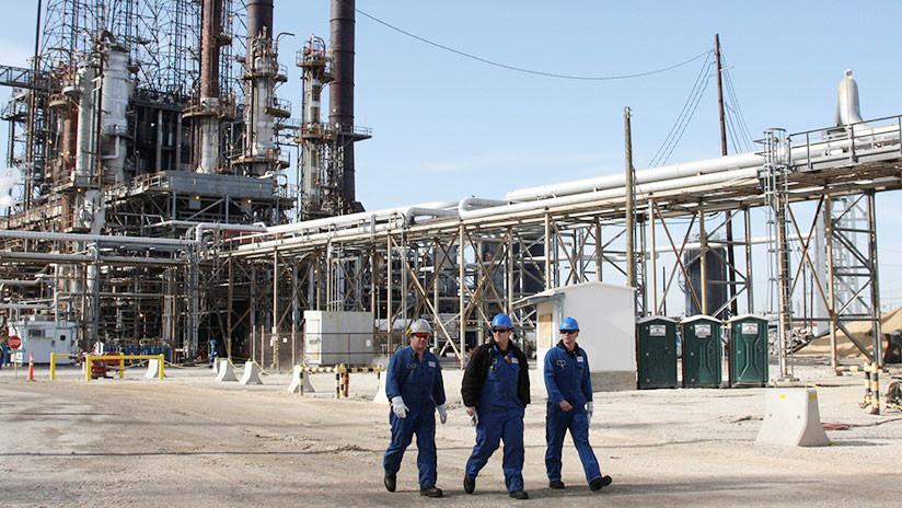 Petróleo sube a 51 dólares tras declive, con avance limitado por temores