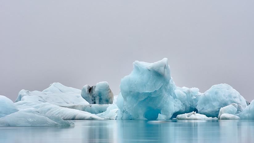 'Monstruo de hielo': Un iceberg 'cobra vida', gira en el agua y cambia de color (VIDEO)