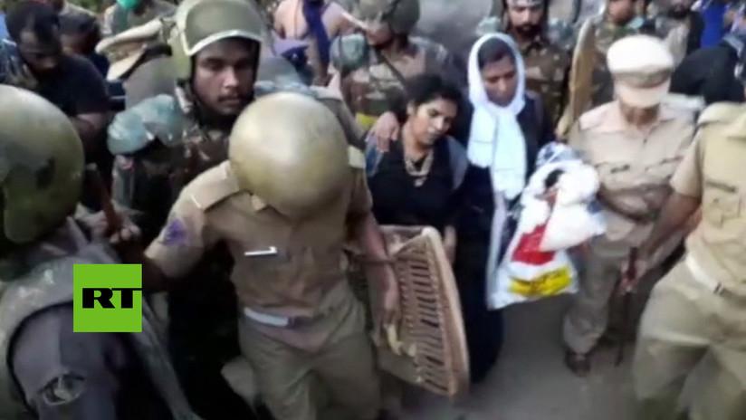 VIDEO: Cientos de hombres impiden a dos mujeres entrar en un santuario de India