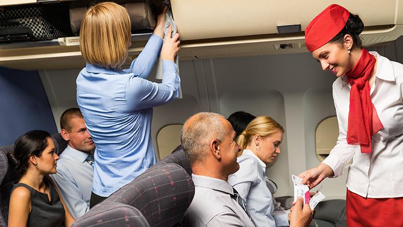 Un hombre compra pasajes para todos los vuelos de su hija azafata para pasar la Navidad con ella
