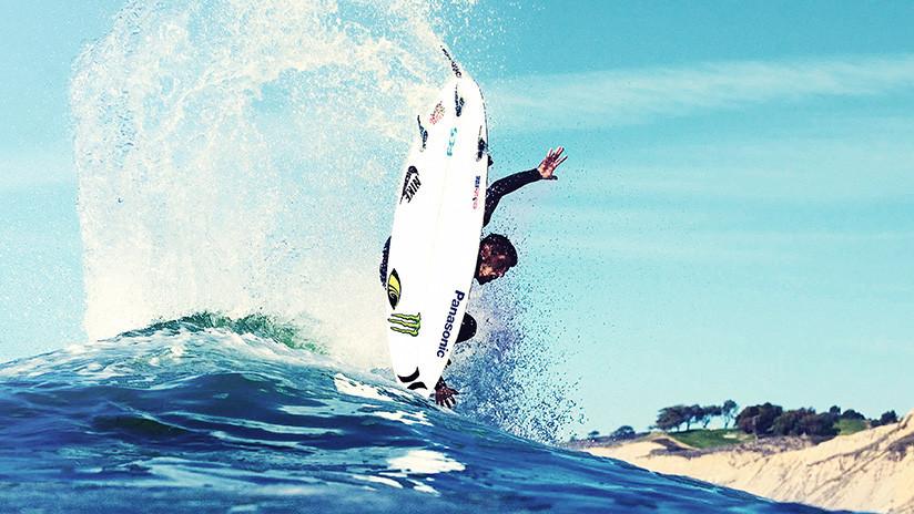 VIDEO: La aparatosa caída de un surfista tras tropezar con un tiburón
