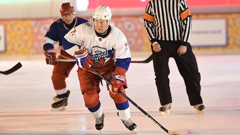 VIDEO: Putin juega al hockey en la Plaza Roja (y mete el primer gol)