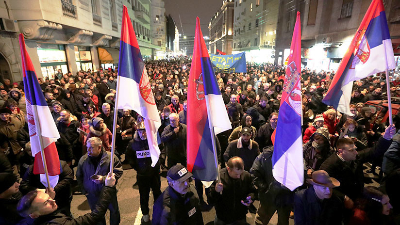 Miles de serbios salen a las calles en protesta contra el presidente