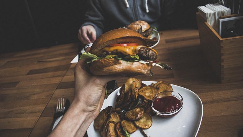 Científicos explican por qué comemos en exceso