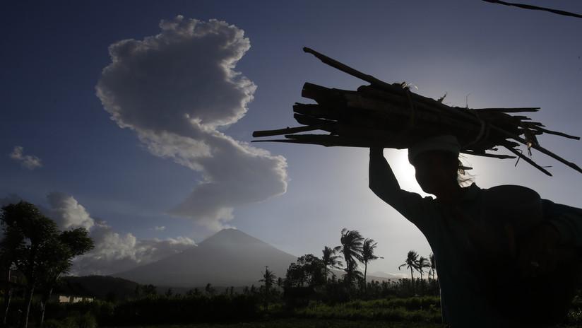 El segundo nivel más alto de alerta: el volcán Monte Agung entra en erupción en Indonesia (FOTOS)